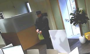 Neznámy páchateľ sa pokúsil vylúpiť banku na Námestí SNP v Bratislave, polícia po ňom pátra