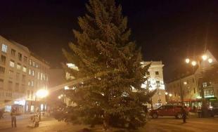Na Hviezdoslavovom námestí už stojí vianočný stromček, starosta Starého Mesta ho rozsvieti už dnes