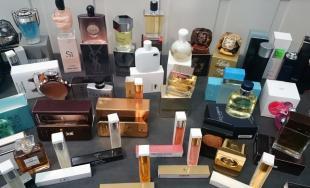 Colníci zadržali veľké množstvo falzifikátov parfumov svetových značiek