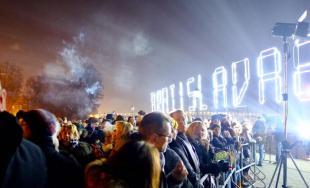 Takto vyzerala Silvestrovská noc 2017/2018 v Bratislave - ohňostroj, svetelná šou a diskotéka