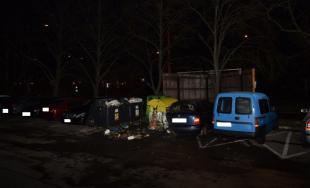 Tri smetné kontajnery a auto horeli dnes ráno v Karlovej Vsi, zasahovala polícia aj hasiči