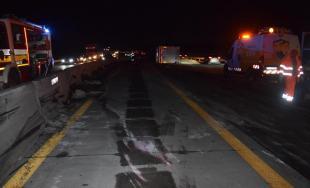 Zrážka kamióna a dvoch dodávok na D1 spôsobila úplné uzavretie diaľnice, cestári opravovali zvodidlá