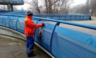 Bratislavské mosty čistili pracovníci magistrátu od grafitov, mesto plánuje v prácach pokračovať