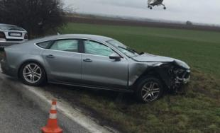 Medzi Sencom a Viničným sa čelne zrazil Mercedes s policajným autom, vinník z miesta ušiel