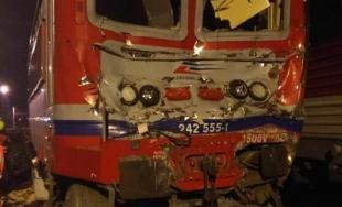 Pri Pezinku narazil osobný vlak do ďalšieho rušňa, pri nehode sa zranilo 18 osôb