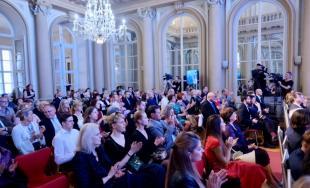 Cenu primátora si v piatok 20. apríla z rúk Iva Nesrovnala prevzalo 12 ocenených laureátov