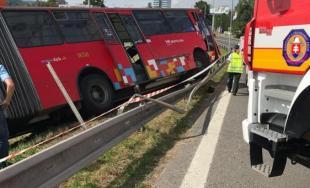 Na kruhovom objazde pod Prístavným mostom v Bratislave sa zrazil autobus MHD s osobným autom