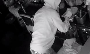 Polícia pátra po neznámom mužovi, ktorého zachytili bezpečnostné kamery pri krádeži v kaviarni