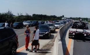V nedeľu sa na diaľnici D1 prevrátil kamión s kukuricou, cesta bola niekoľko hodín neprejazdná